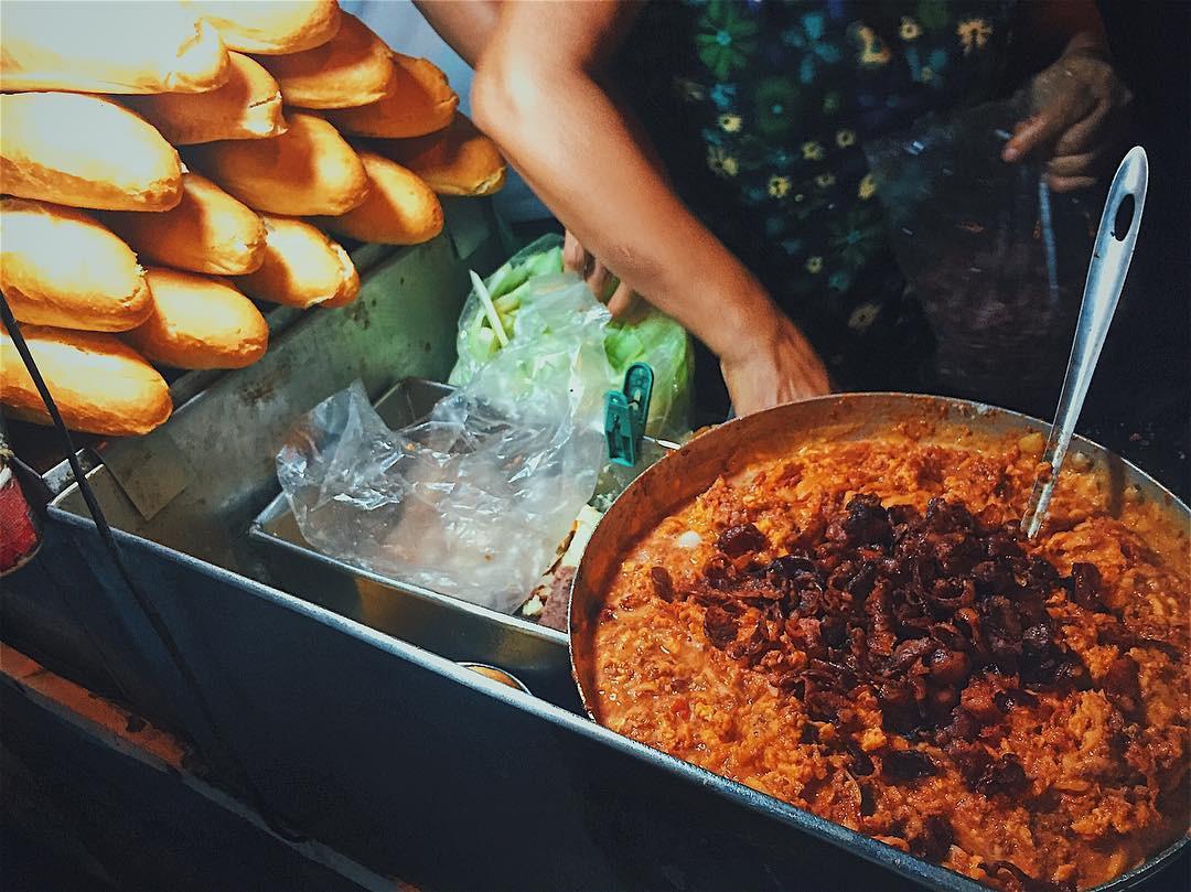 Ở Hà Nội buổi đêm chẳng thiếu những hàng ăn ngon cho bạn thỏa sức ...