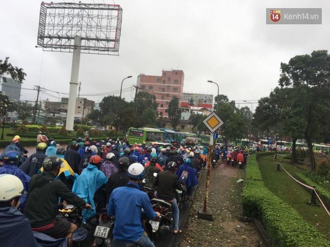 Sài Gòn ngập nặng nhiều tuyến đường sau bão số 9, dân công sở chật vật lội nước đi làm sáng đầu tuần - Ảnh 13.