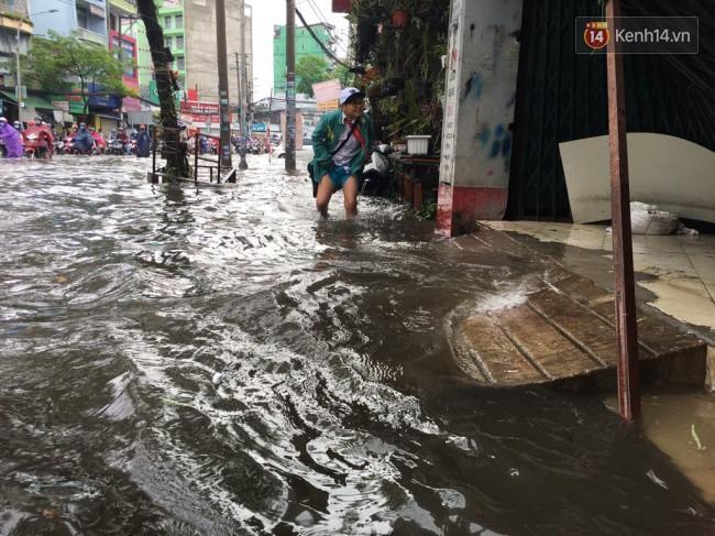 Sài Gòn ngập nặng nhiều tuyến đường sau bão số 9, dân công sở chật vật lội nước đi làm sáng đầu tuần - Ảnh 16.