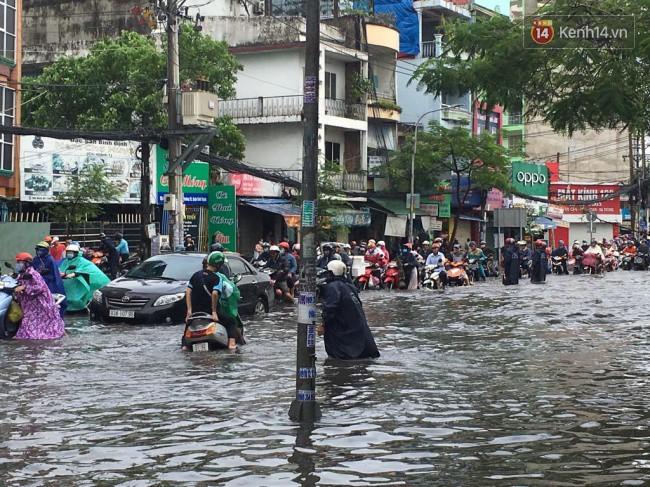 Sài Gòn ngập nặng nhiều tuyến đường sau bão số 9, dân công sở chật vật lội nước đi làm sáng đầu tuần - Ảnh 1.
