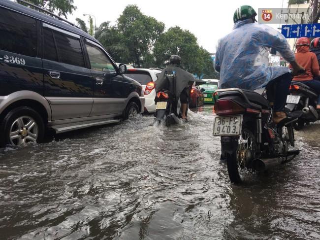 Sài Gòn ngập nặng nhiều tuyến đường sau bão số 9, dân công sở chật vật lội nước đi làm sáng đầu tuần - Ảnh 8.