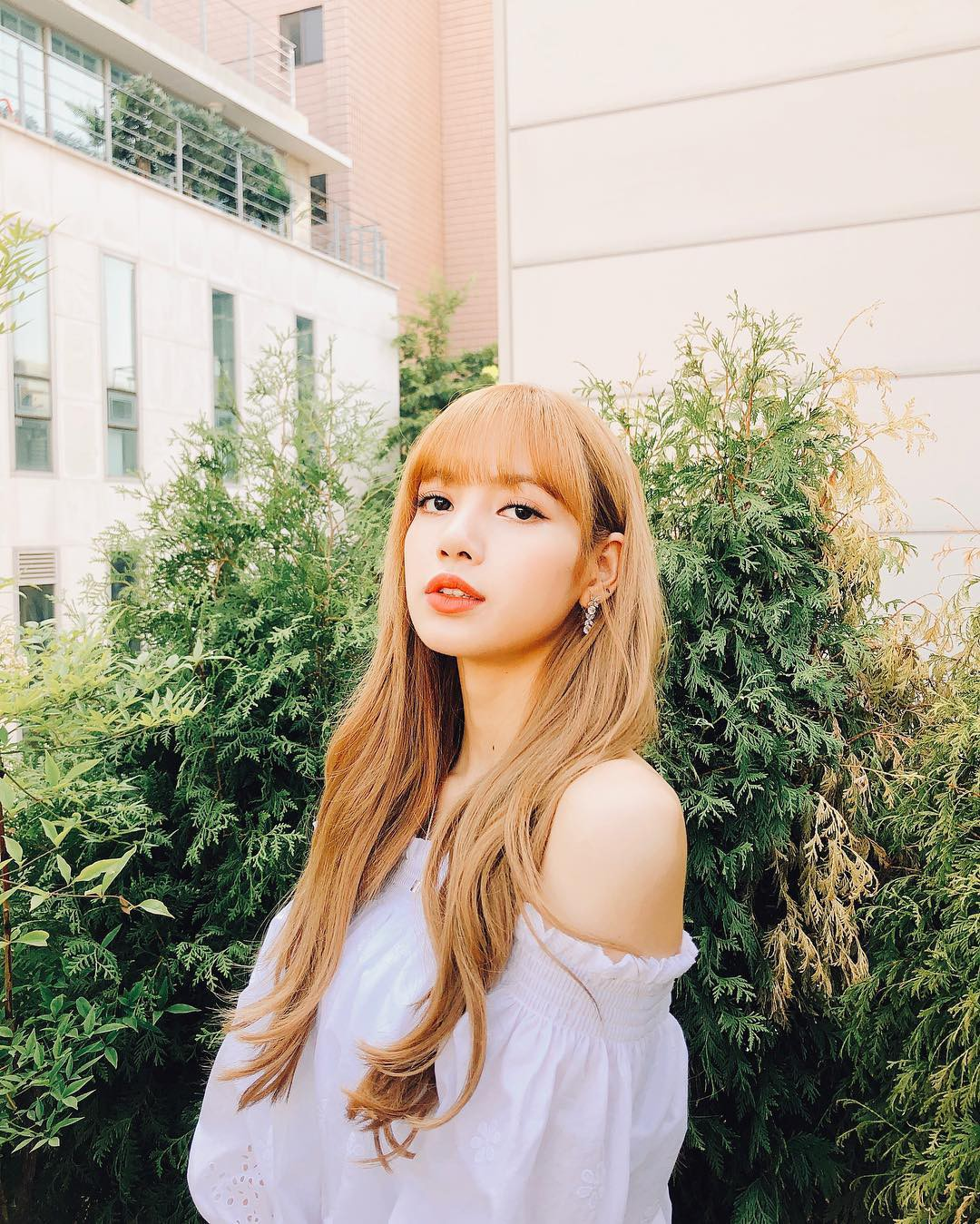 Controversy Against Jennie, Short-cut Short Hair of Lisa (Black Pink) - Photos 2.