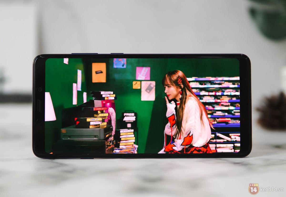 Mở hộp Galaxy A9 mới: Mặt lưng chuyển màu ấn tượng, 4 camera và selfie với sticker thuần Việt - Ảnh 6.