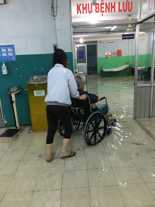 Bão số 9 ở TPHCM: Bệnh viện ngập sâu bác sĩ lội nước cấp cứu bệnh nhân - Ảnh 1.