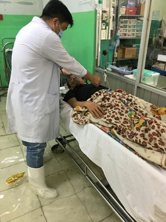 Bão số 9 ở TPHCM: Bệnh viện ngập sâu bác sĩ lội nước cấp cứu bệnh nhân- Ảnh 2.