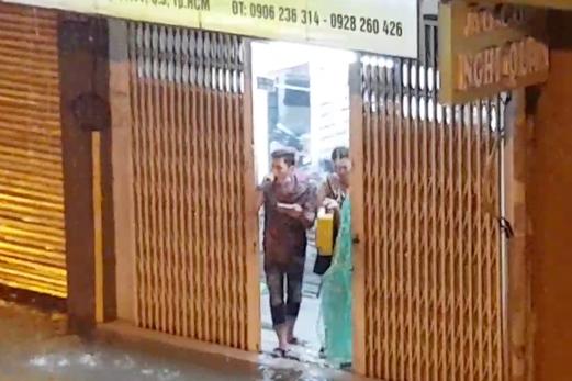 Góc lạc quan: Thanh niên vác loa ra cửa hát Gọi đò giữa lúc Sài Gòn chìm trong biển nước - Ảnh 2.