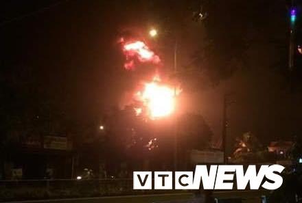 Cháy xe bồn chở xăng gần cây xăng ở Khánh Hoà - Ảnh 1.