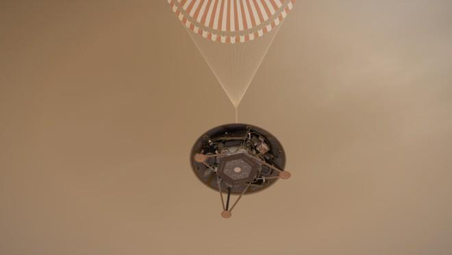 Sau 7 phút kinh hoàng, tàu thăm dò InSight của NASA đã hạ cánh thành công xuống bề mặt Sao Hỏa, đây là hình ảnh đầu tiên nó gửi về - Ảnh 1.