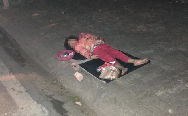 Xúc động hình ảnh bé gái ăn xin nằm ngủ trên vỉa hè giữa đêm lạnh - Ảnh 1.