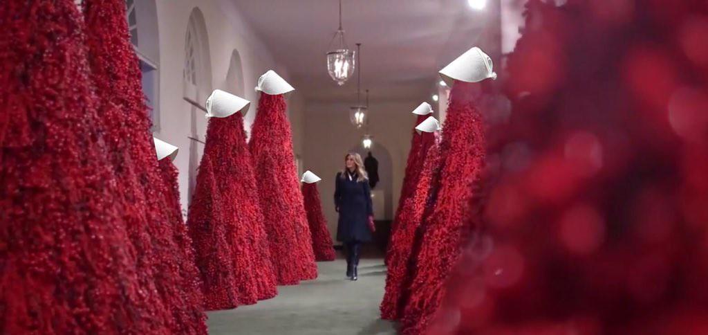 Trang trí Giáng sinh cho Nhà Trắng, bà Melania Trump gây tranh cãi khi sử dụng toàn cây thông màu đỏ - Ảnh 3.