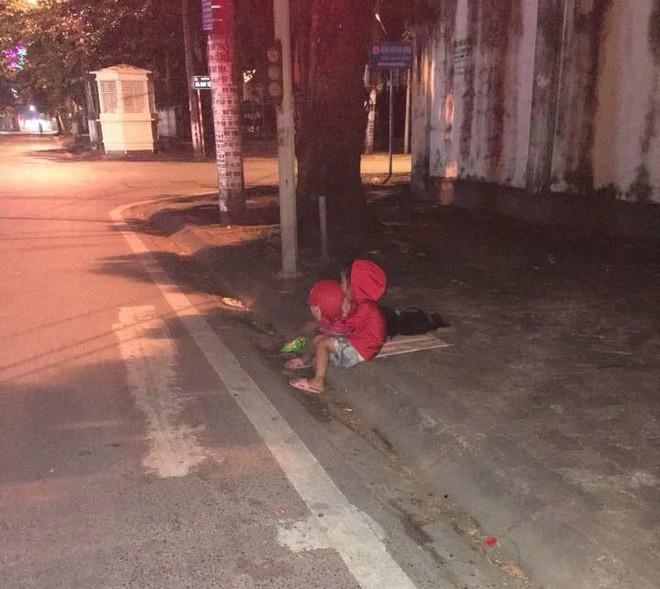 Xúc động hình ảnh bé gái ăn xin nằm ngủ trên vỉa hè giữa đêm lạnh - Ảnh 2.