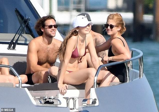 Đẳng cấp body 0% mỡ thừa của Gigi Hadid: Vòng 1 nảy nở nhưng bụng không nếp gấp kể cả khi ngồi! - Ảnh 1.