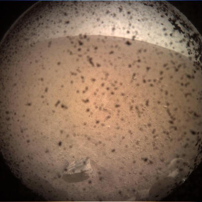 Sau 7 phút kinh hoàng, tàu thăm dò InSight của NASA đã hạ cánh thành công xuống bề mặt Sao Hỏa, đây là hình ảnh đầu tiên nó gửi về - Ảnh 8.