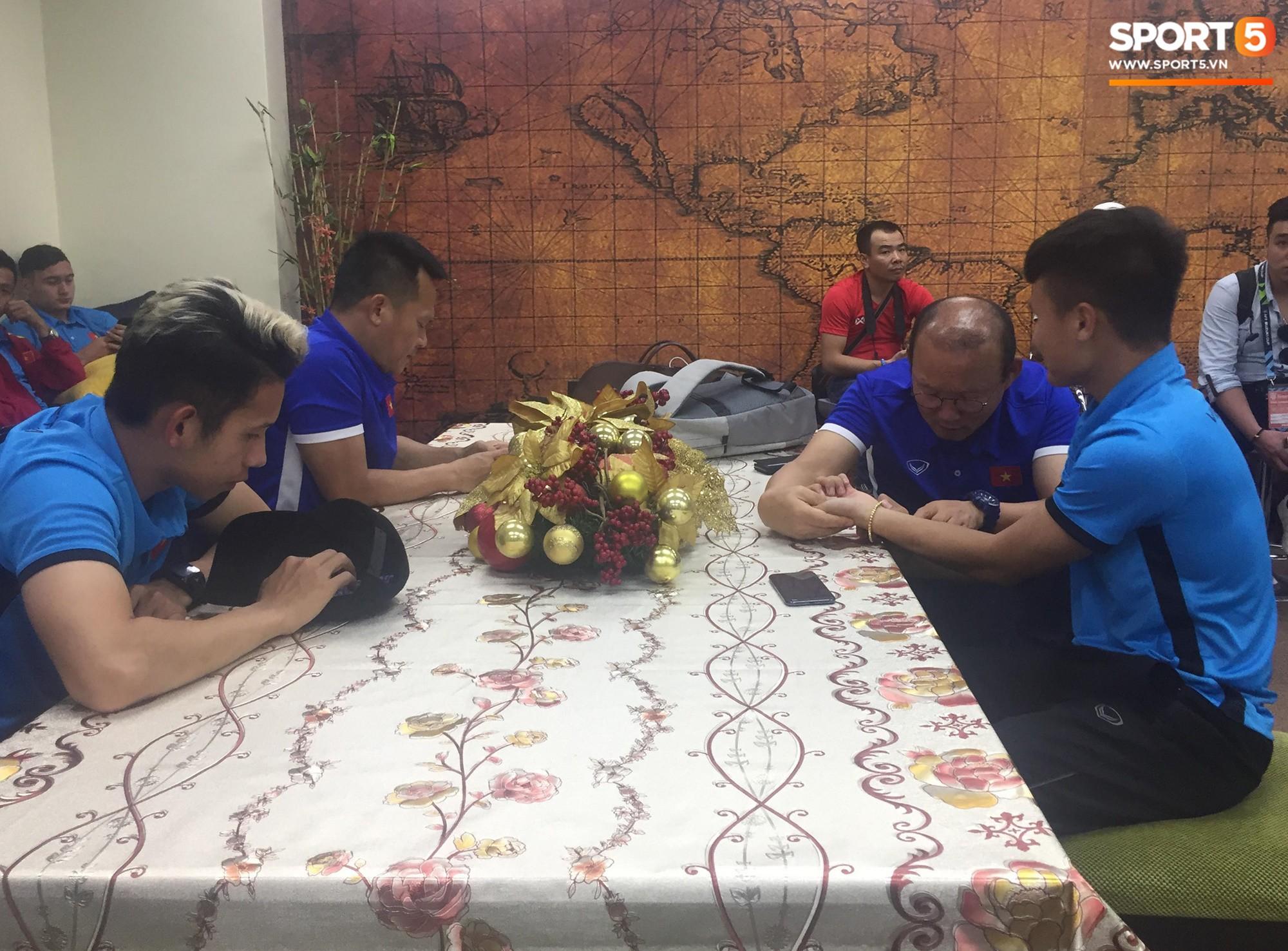 Sau 2 tiếng chờ trên máy bay, toàn đội được di chuyển tới 1 phòng nghỉ để chờ nhân viên làm thủ tục nhập cảnh. Ảnh: Phạm Huyền