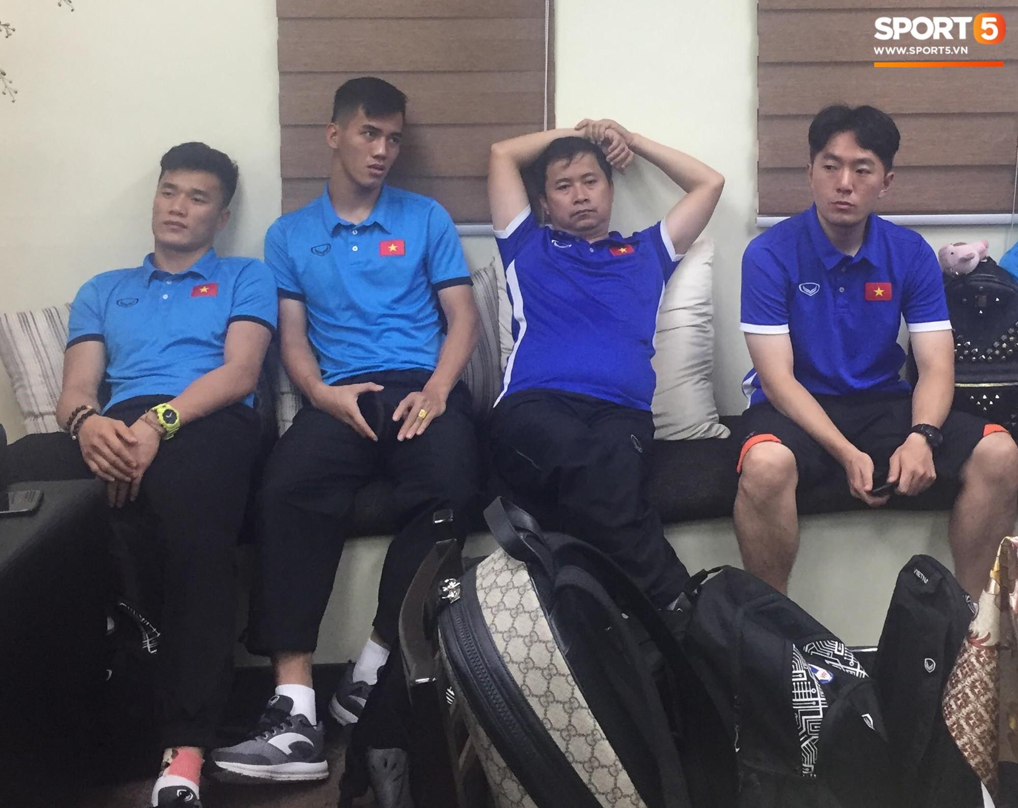 Bùi Tiến Dũng và các đồng đội tỏ ra rất mệt mỏi do phải chờ đợi nhiều giờ ở sân bay Bacolod.