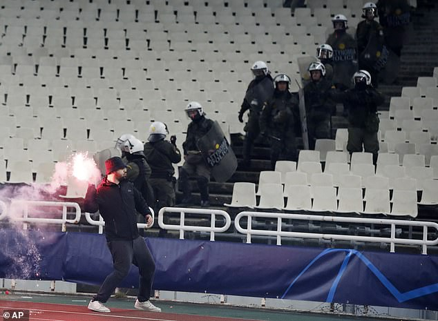 In Greek watching football, Dutch fans were a bleeding head, being attacked enthusiastically by gas bombs, flames - Monday 1.