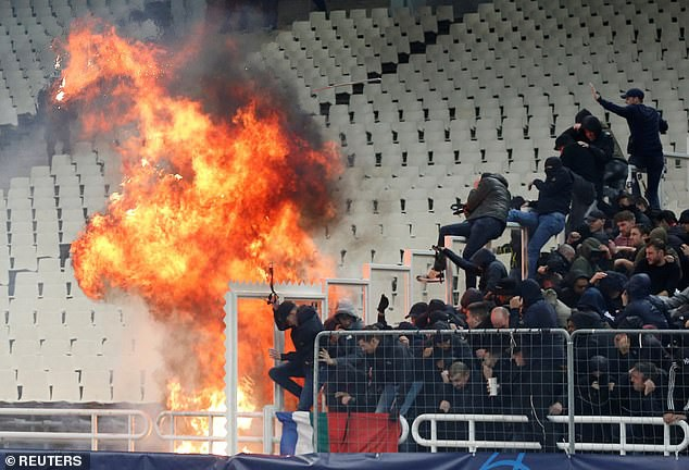 In Greek watching football, Dutch fans were a bleeding head, being attacked enthusiastically by gas bombs, flames - Monday 2.