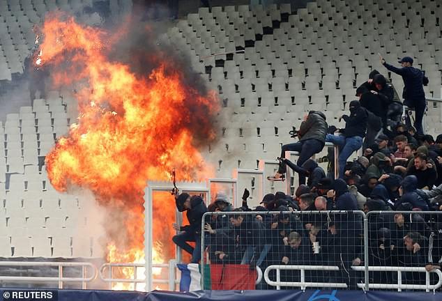 Tới Hy Lạp xem bóng đá, CĐV Hà Lan bị đánh chảy máu đầu, bị tấn công dã man bằng bom xăng, pháo sáng - Ảnh 2.