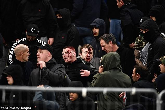 Tới Hy Lạp xem bóng đá, CĐV Hà Lan bị đánh chảy máu đầu, bị tấn công dã man bằng bom xăng, pháo sáng - Ảnh 9.