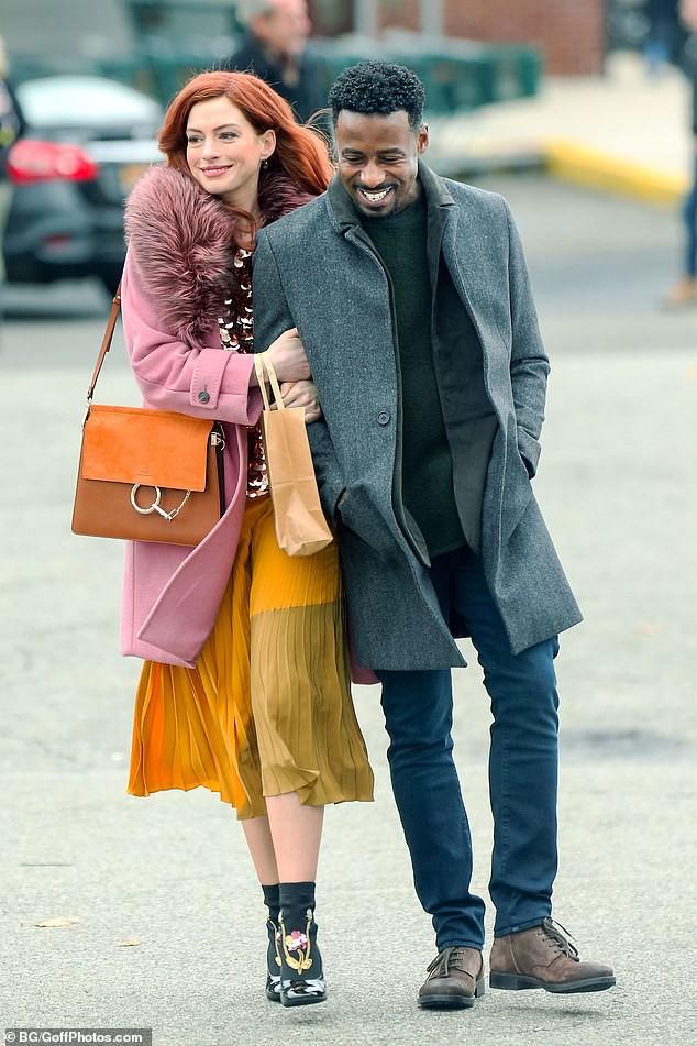 Tung tăng nhảy múa trên phố, Anne Hathaway lộ hàng vì bị gió thổi tốc váy - Ảnh 5.