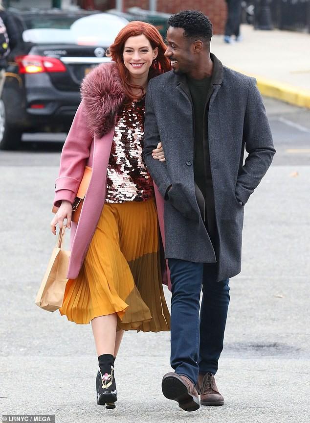 Tung tăng nhảy múa trên phố, Anne Hathaway lộ hàng vì bị gió thổi tốc váy - Ảnh 6.