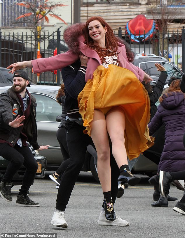 Tung tăng nhảy múa trên phố, Anne Hathaway lộ hàng vì bị gió thổi tốc váy - Ảnh 1.