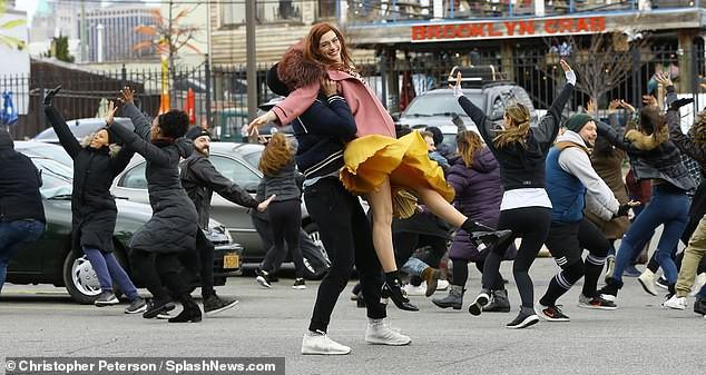 Tung tăng nhảy múa trên phố, Anne Hathaway lộ hàng vì bị gió thổi tốc váy - Ảnh 3.