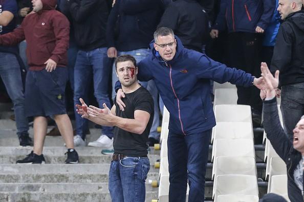Tới Hy Lạp xem bóng đá, CĐV Hà Lan bị đánh chảy máu đầu, bị tấn công dã man bằng bom xăng, pháo sáng - Ảnh 7.