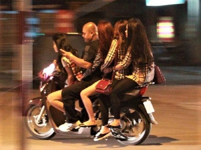 Phố đèn đỏ Trần Duy Hưng hoạt động tinh vi, kín đáo thông qua Zalo, Facebook - Ảnh 1.