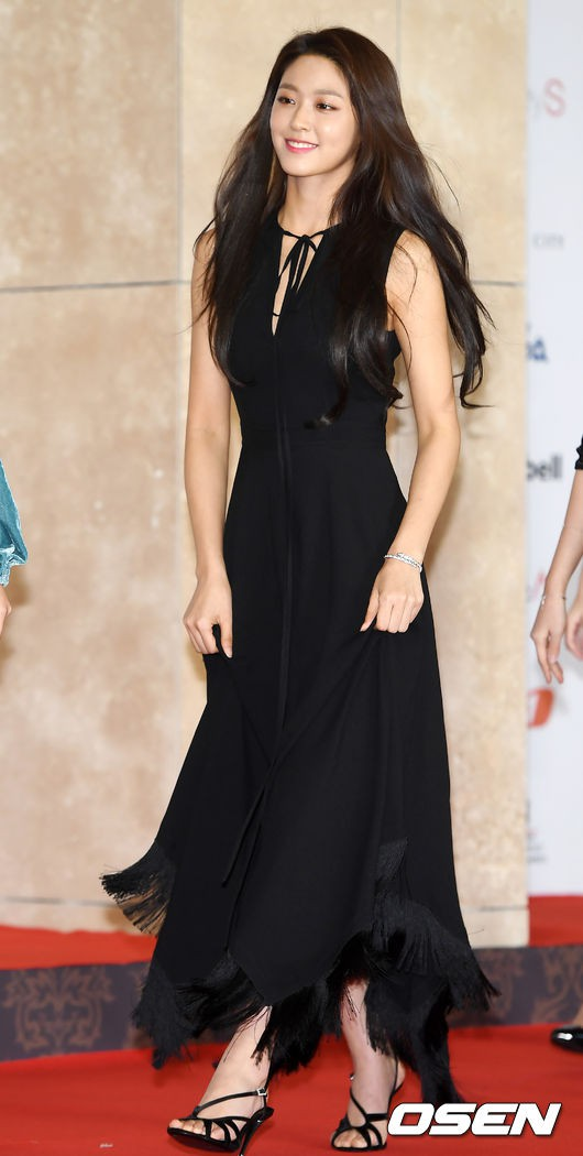 Thảm đỏ khủng nhất lịch sử Kbiz: Suzy hở bạo bên nữ thần Yoona, Sunmi gây sốc vì vòng 1, BTS và 150 siêu sao đại náo - Ảnh 39.