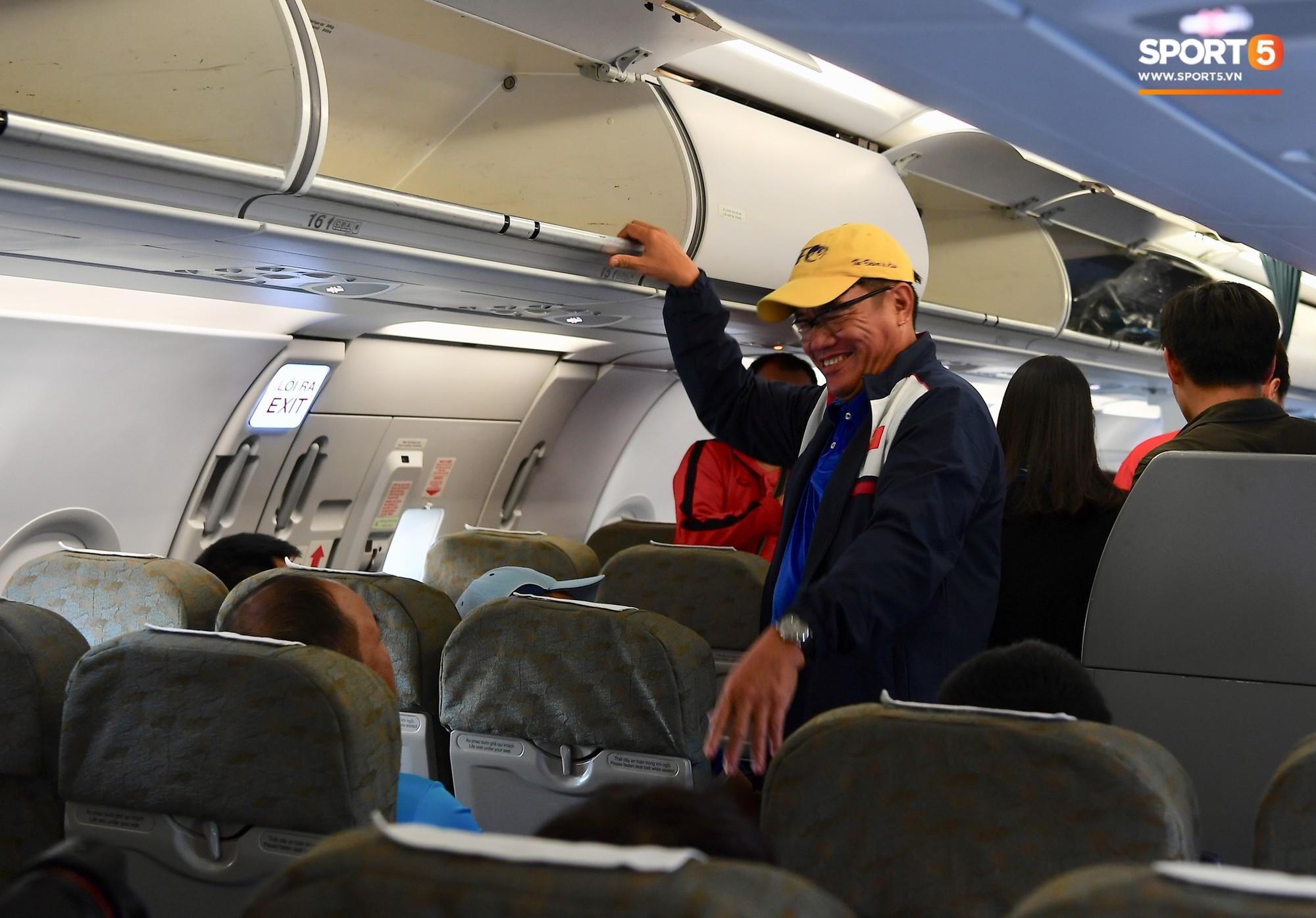 Khoảng 15h30 giờ địa phương (14h30 giờ Việt nam), ban huấn luyện và các cầu thủ Việt Nam hào hứng khi máy bay vừa hạ cánh tới Bacolod (Philippines). Ảnh: Hiếu Lương.