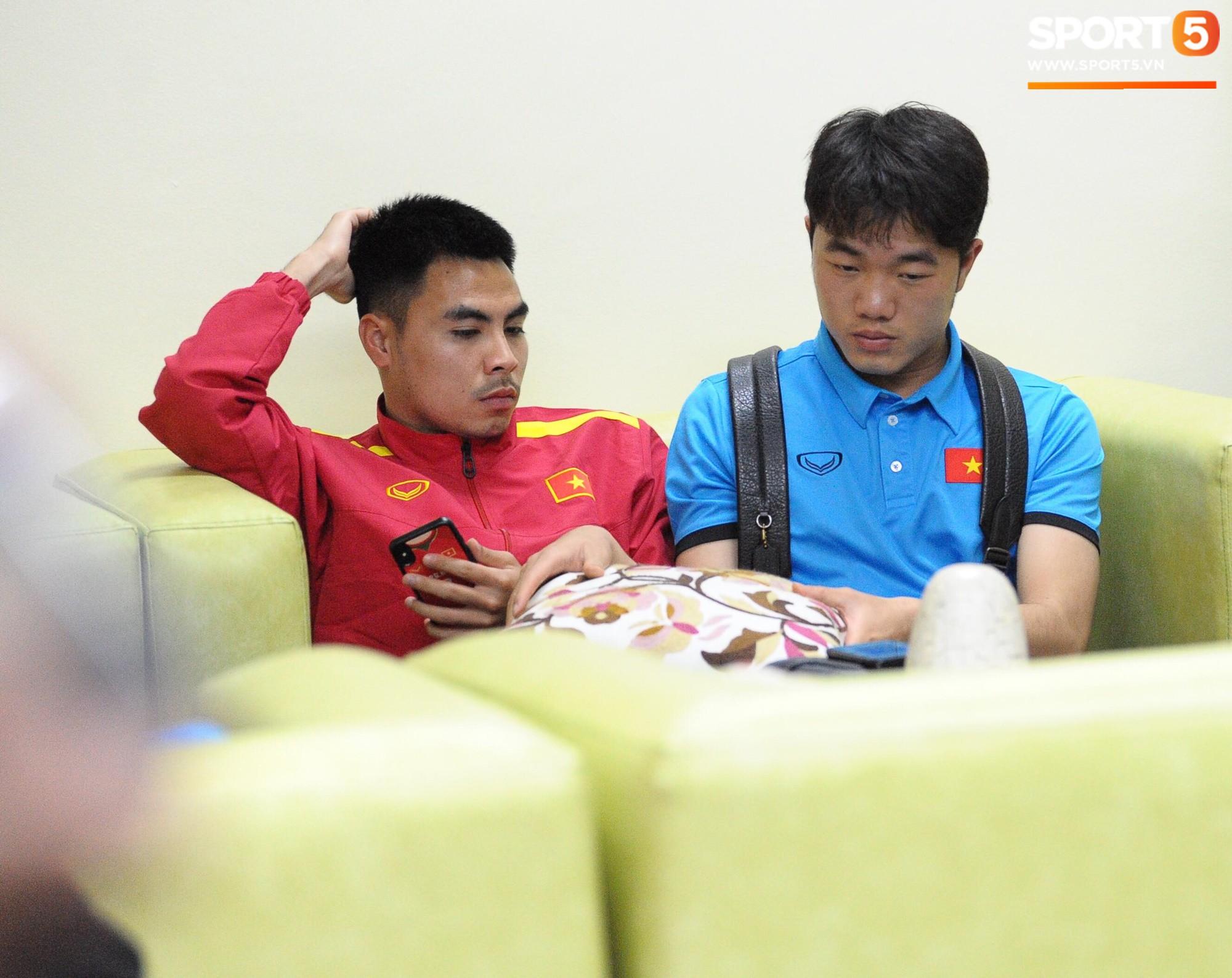 Cả đội tuyển và hơn 30 phóng viên Việt Nam rơi vào tình trạng uể oải do phải chờ đợi quá lâu ở sân bay. Ảnh: Hiếu Lương