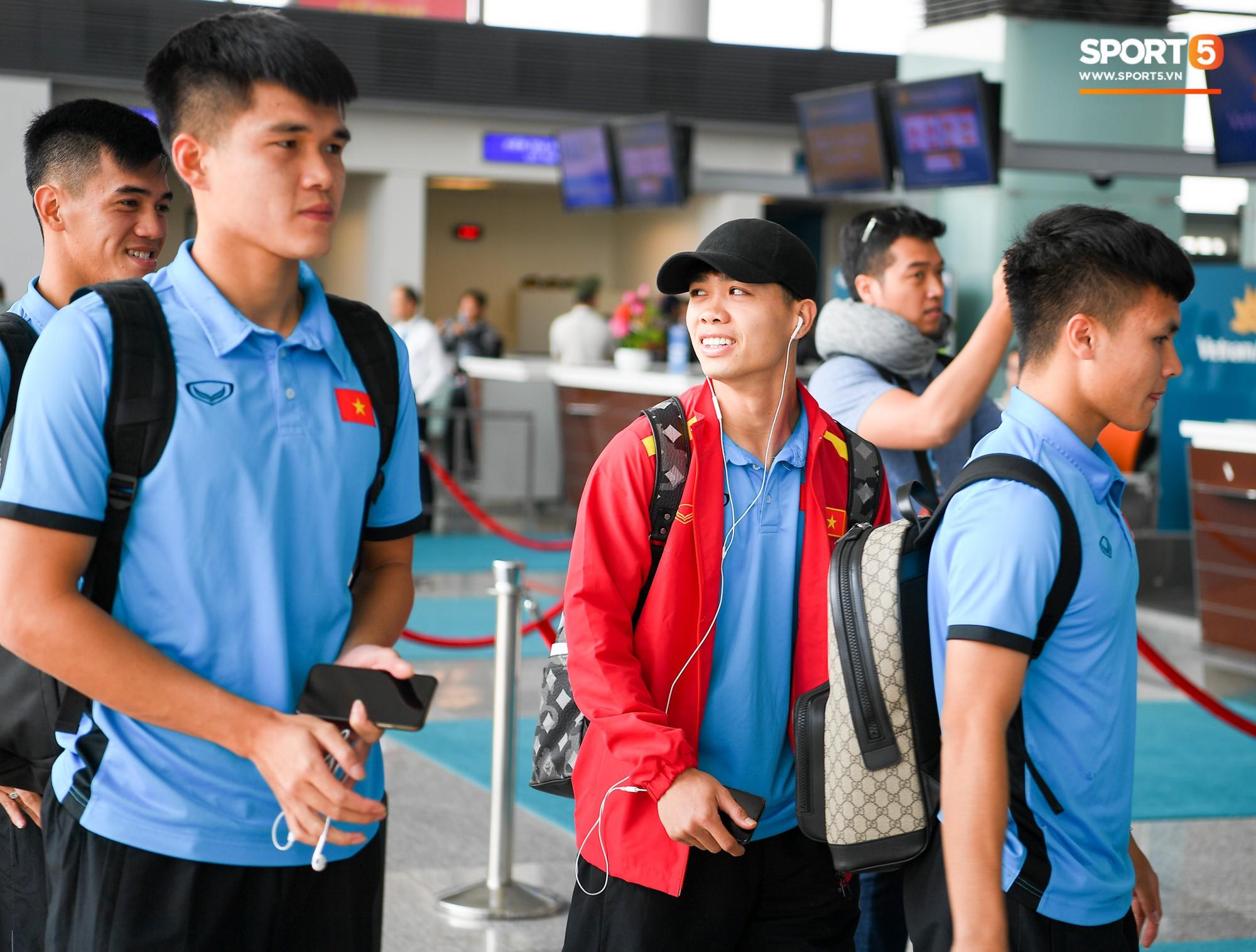 Tuyển thủ Việt Nam tranh nhau ăn bánh gấu của Hoàng tử Ả-rập trước giờ bay sang Philippines dự bán kết AFF Cup 2018 - Ảnh 10.