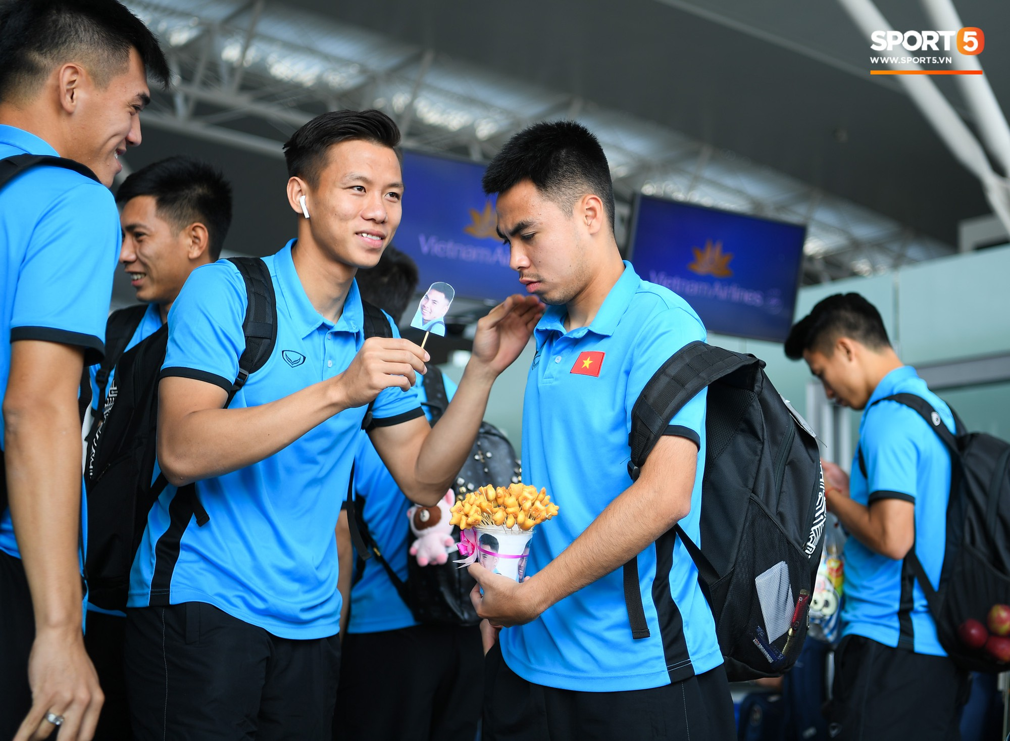 Tuyển thủ Việt Nam tranh nhau ăn bánh gấu của Hoàng tử Ả-rập trước giờ bay sang Philippines dự bán kết AFF Cup 2018 - Ảnh 5.