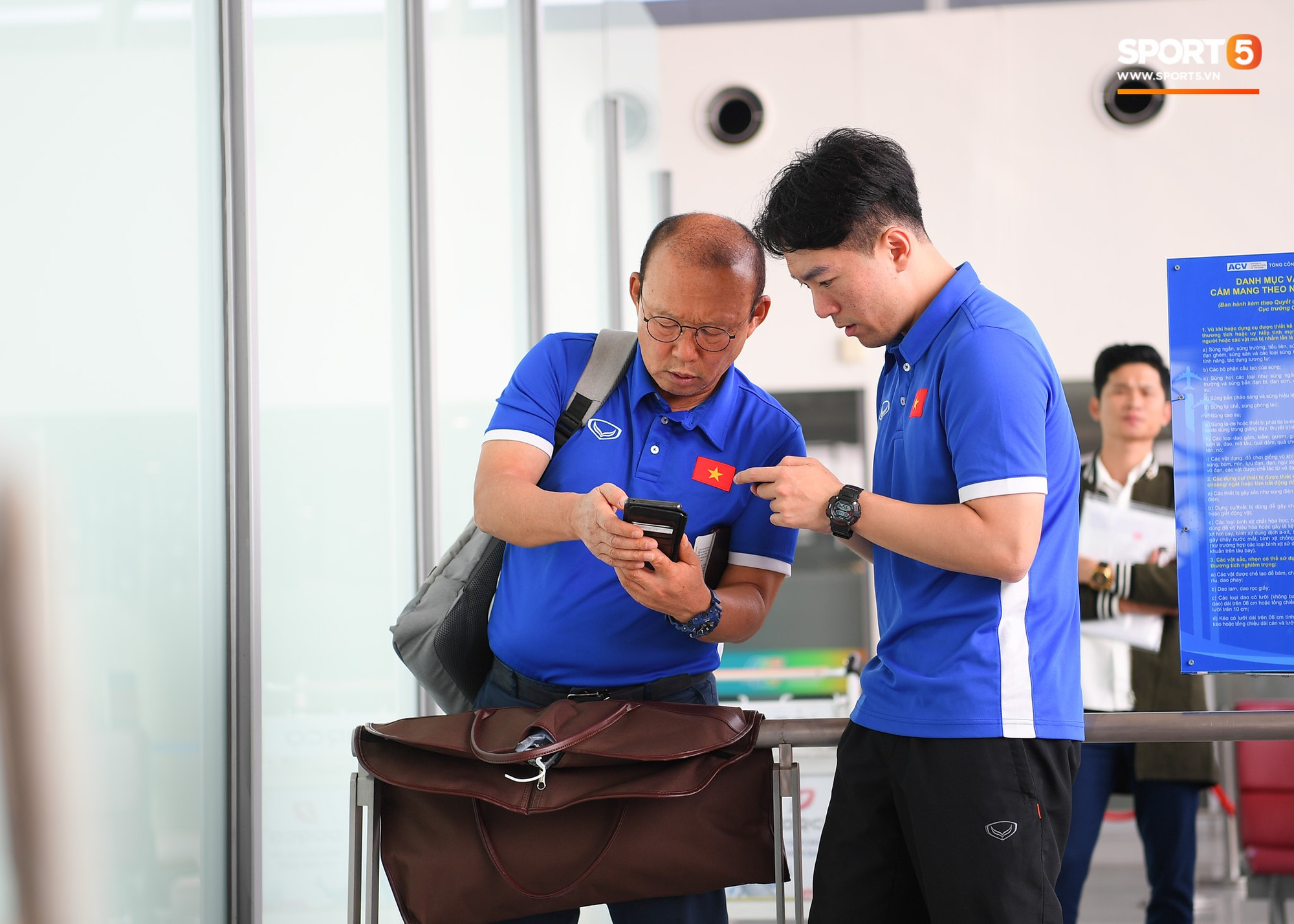 Tuyển thủ Việt Nam tranh nhau ăn bánh gấu của Hoàng tử Ả-rập trước giờ bay sang Philippines dự bán kết AFF Cup 2018 - Ảnh 8.