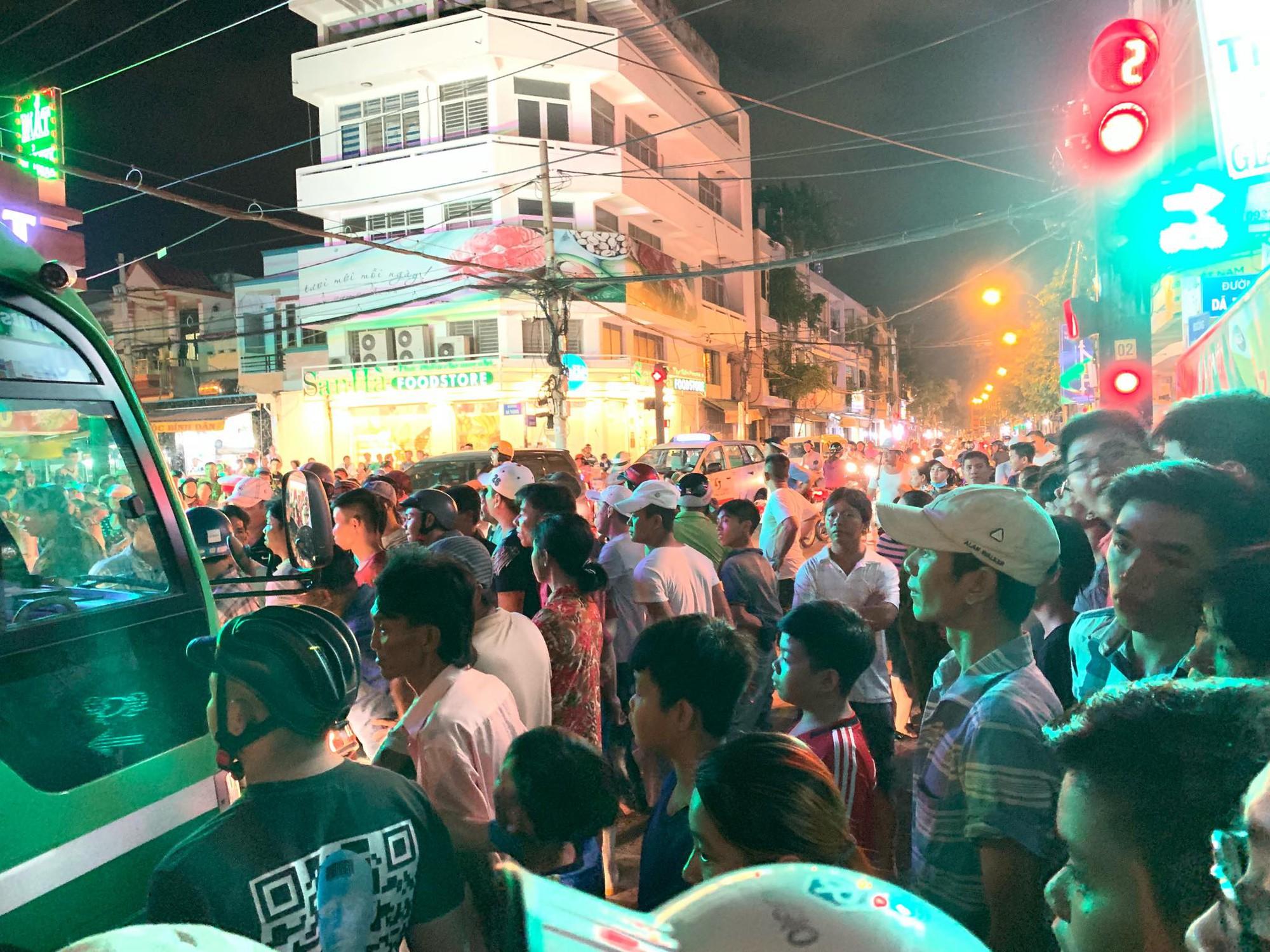 Va chạm giao thông, tiếp viên xe buýt dùng dao truy sát người đi xe máy ở Sài Gòn - Ảnh 2.