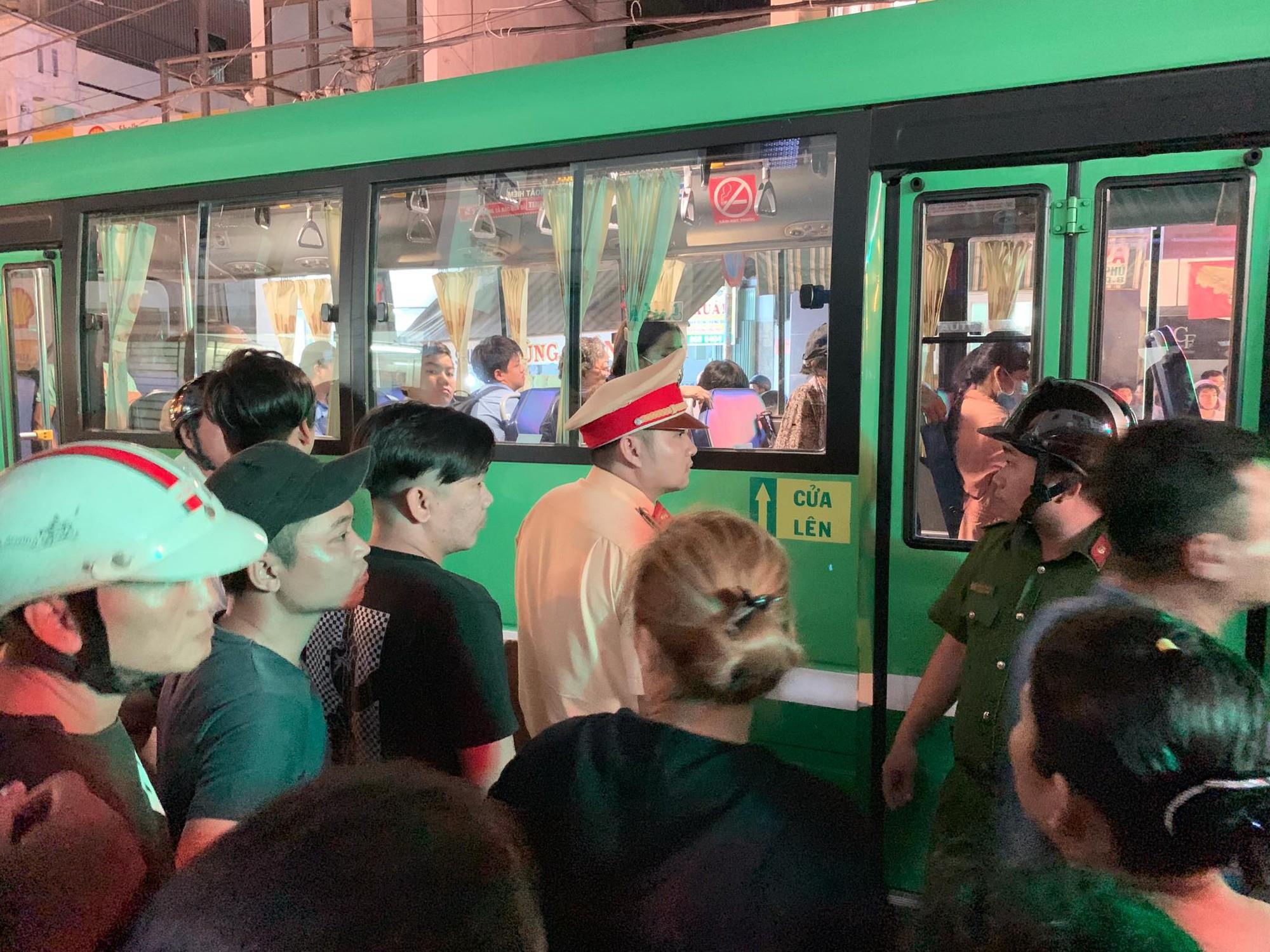 Va chạm giao thông, tiếp viên xe buýt dùng dao truy sát người đi xe máy ở Sài Gòn - Ảnh 1.