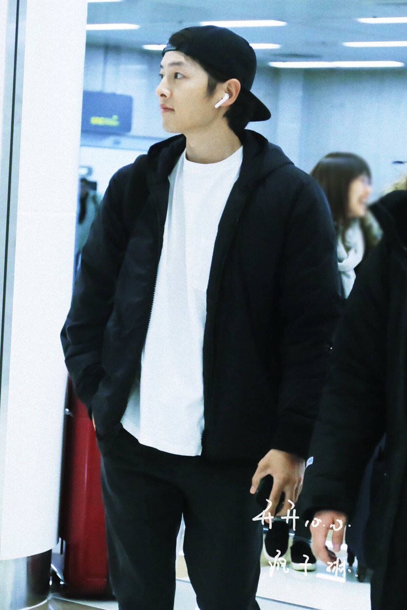 Song Joong Ki mặt mộc xuất hiện ở sân bay với nhan sắc đỉnh cao - Ảnh 1.