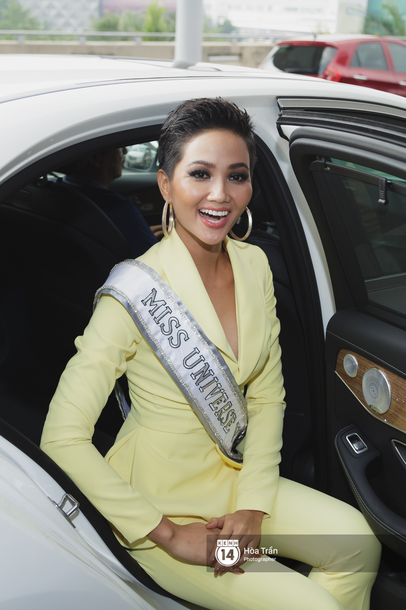 Gia đình HHen Niê diện trang phục người Ê-Đê, tiễn chân con gái bản làng đến Thái tham dự Miss Universe - Ảnh 1.