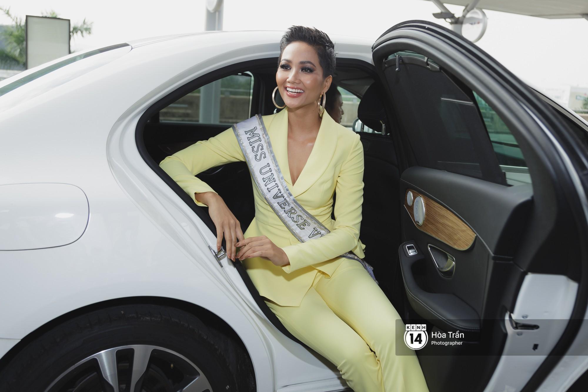 Gia đình HHen Niê diện trang phục người Ê-Đê, tiễn chân con gái bản làng đến Thái tham dự Miss Universe - Ảnh 2.