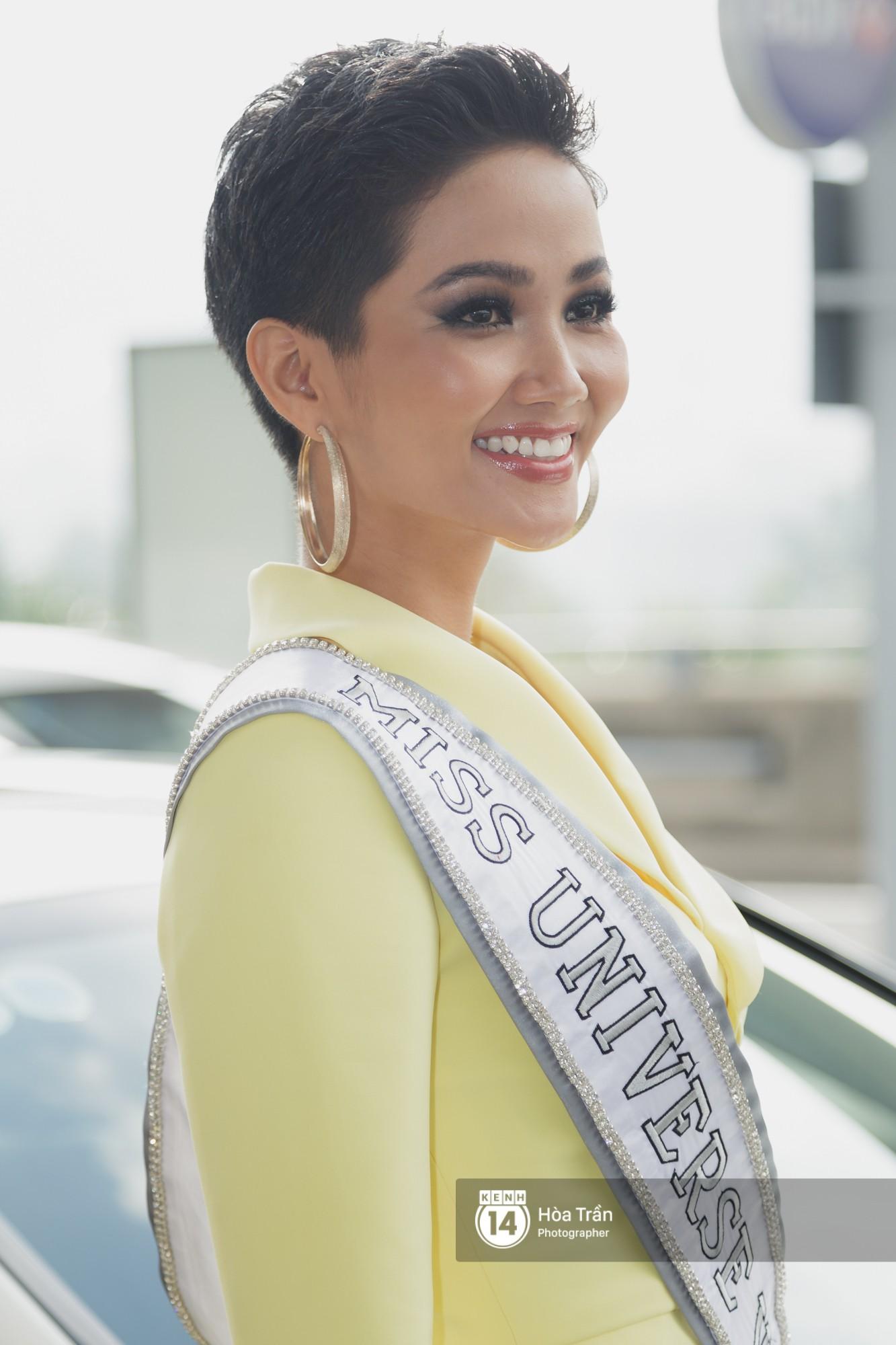 Gia đình HHen Niê diện trang phục người Ê-Đê, tiễn chân con gái bản làng đến Thái tham dự Miss Universe - Ảnh 3.
