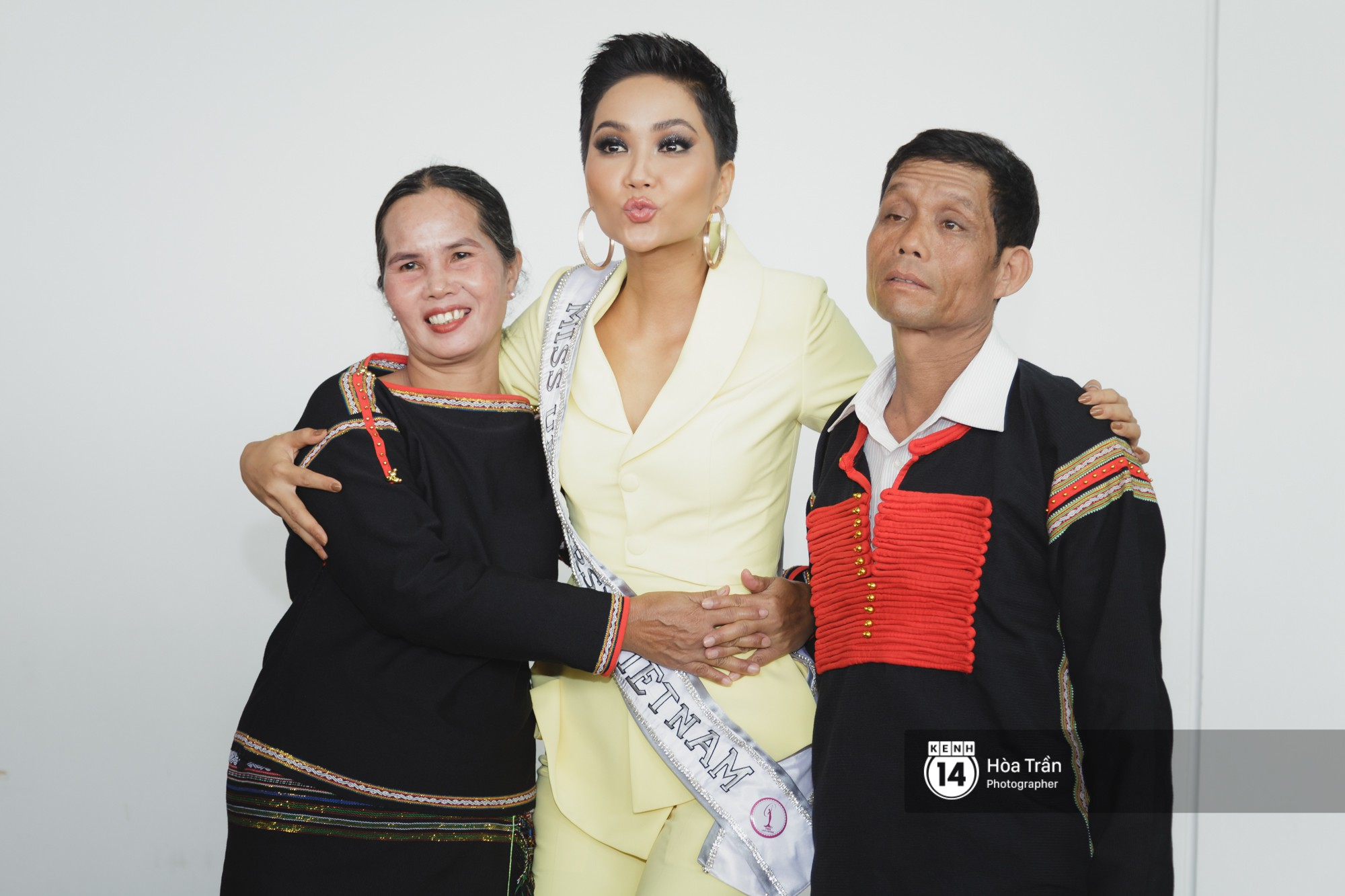 Gia đình HHen Niê diện trang phục người Ê-Đê, tiễn chân con gái bản làng đến Thái tham dự Miss Universe - Ảnh 13.