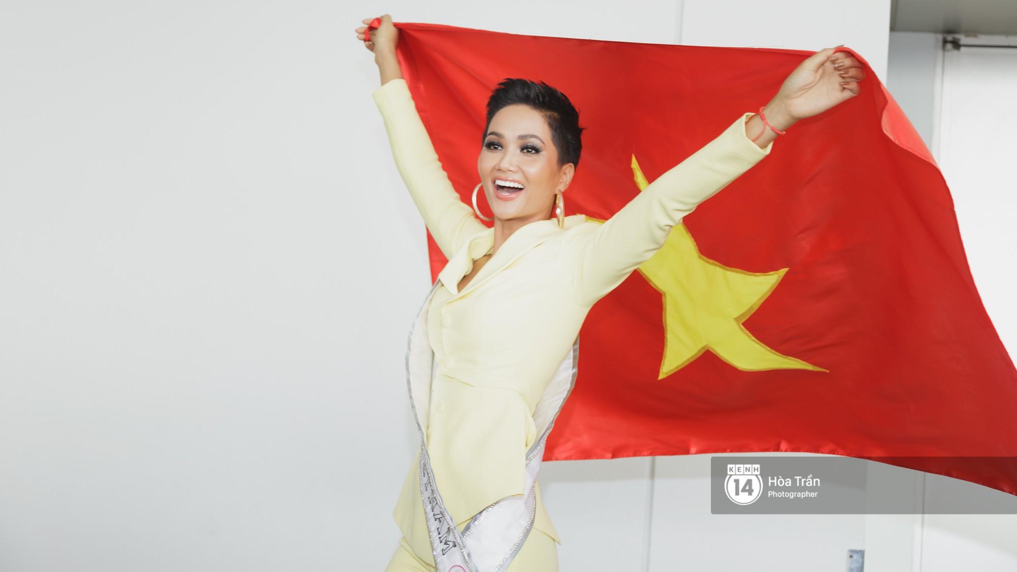Gia đình HHen Niê diện trang phục người Ê-Đê, tiễn chân con gái bản làng đến Thái tham dự Miss Universe - Ảnh 5.