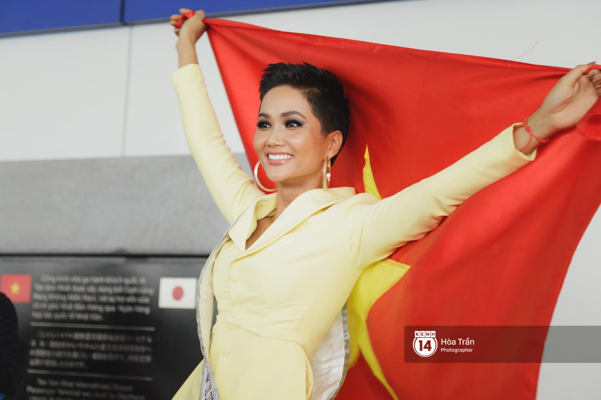 Gia đình HHen Niê diện trang phục người Ê-Đê, tiễn chân con gái bản làng đến Thái tham dự Miss Universe - Ảnh 4.