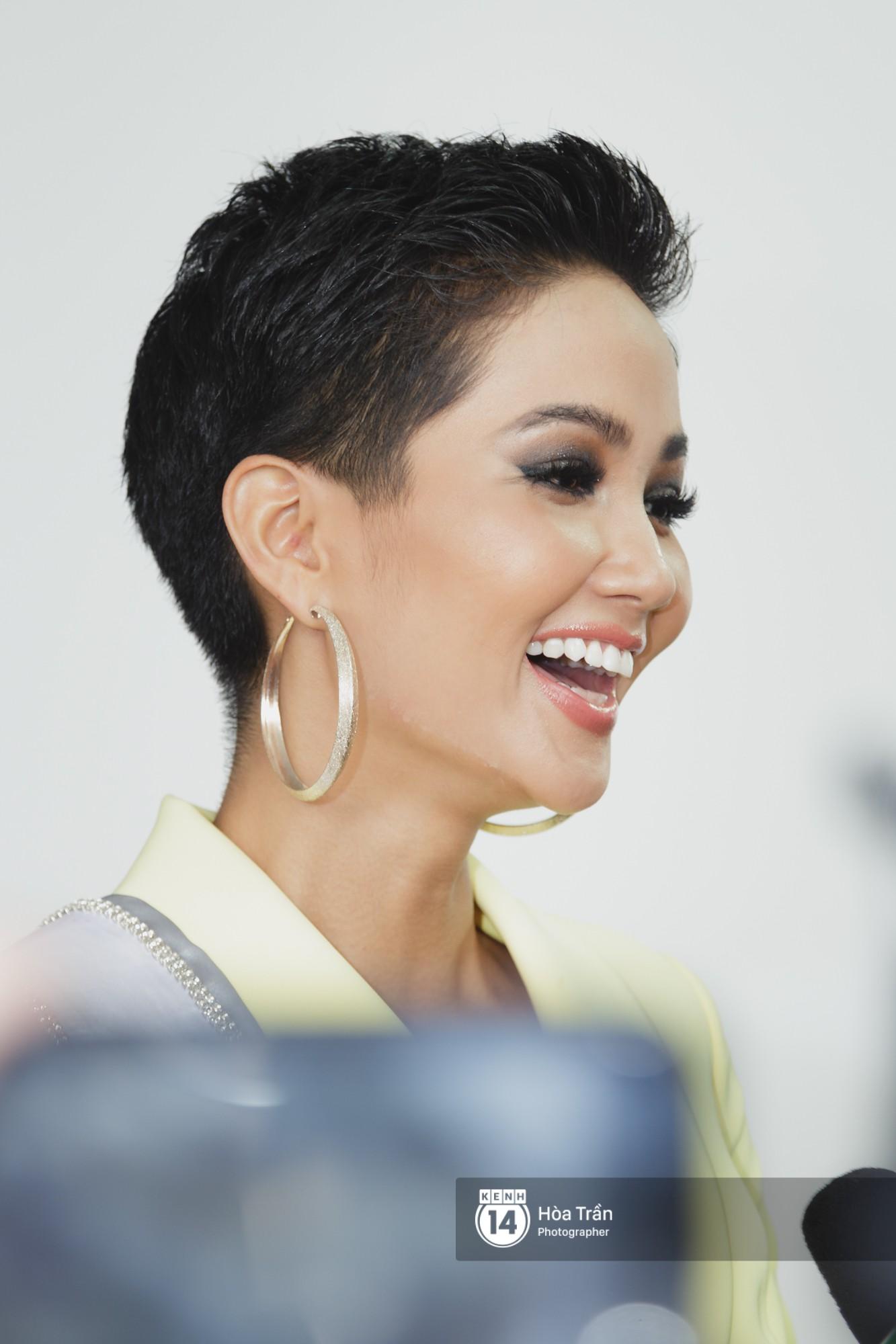 Gia đình HHen Niê diện trang phục người Ê-Đê, tiễn chân con gái bản làng đến Thái tham dự Miss Universe - Ảnh 9.
