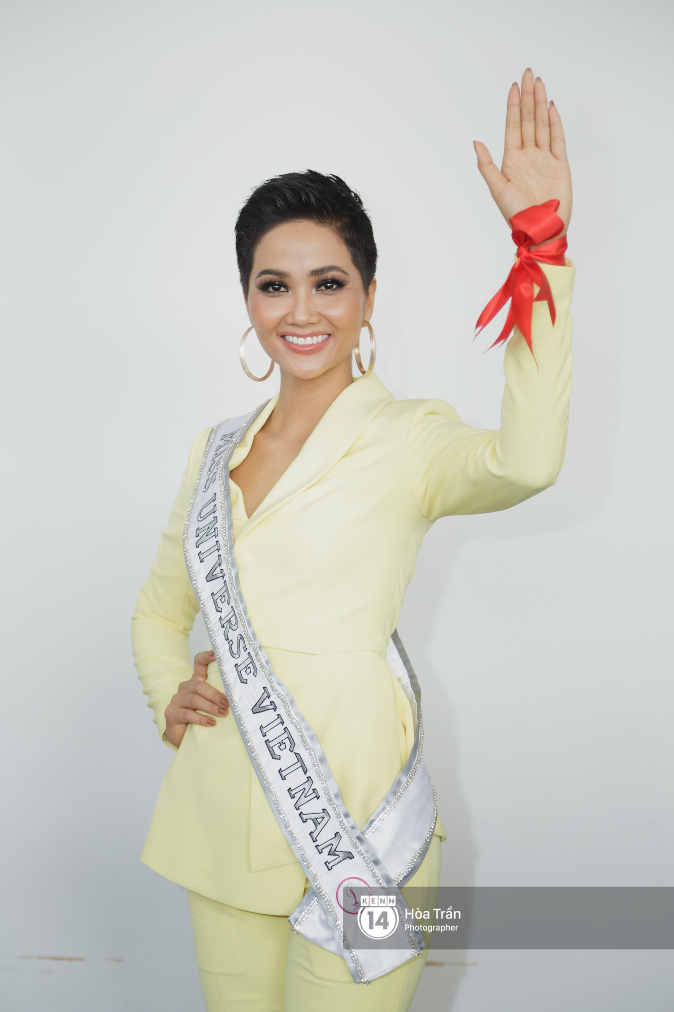 Gia đình HHen Niê diện trang phục người Ê-Đê, tiễn chân con gái bản làng đến Thái tham dự Miss Universe - Ảnh 7.