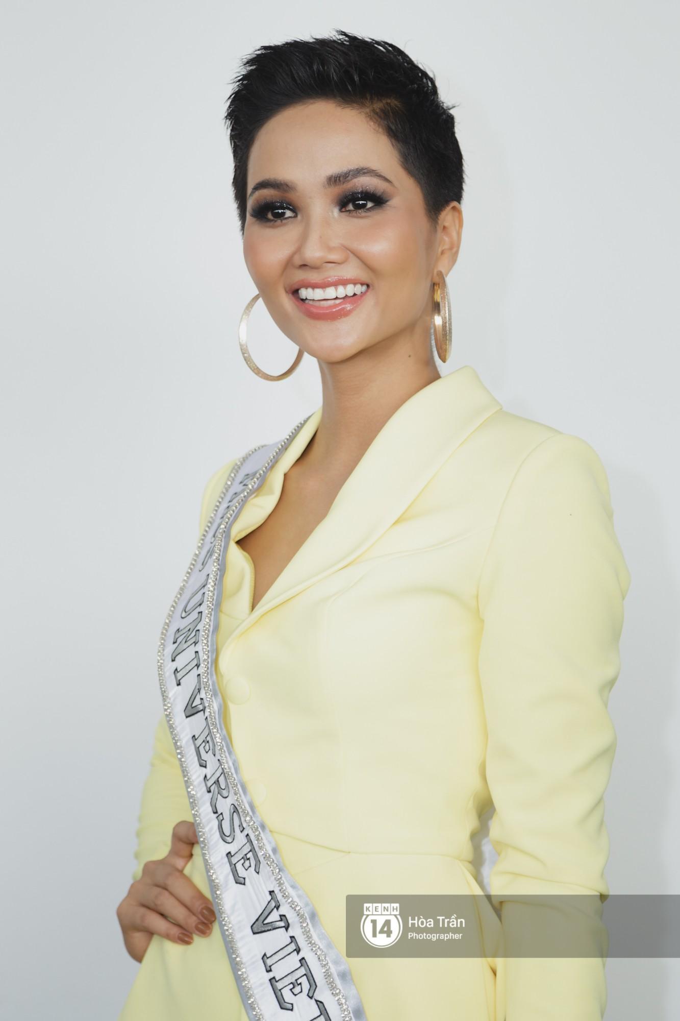Gia đình HHen Niê diện trang phục người Ê-Đê, tiễn chân con gái bản làng đến Thái tham dự Miss Universe - Ảnh 6.