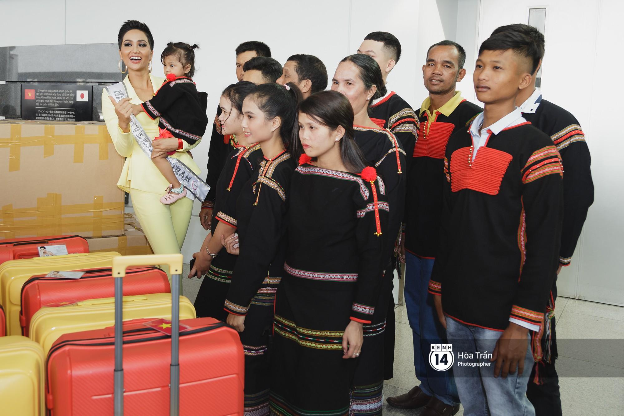 Gia đình HHen Niê diện trang phục người Ê-Đê, tiễn chân con gái bản làng đến Thái tham dự Miss Universe - Ảnh 11.