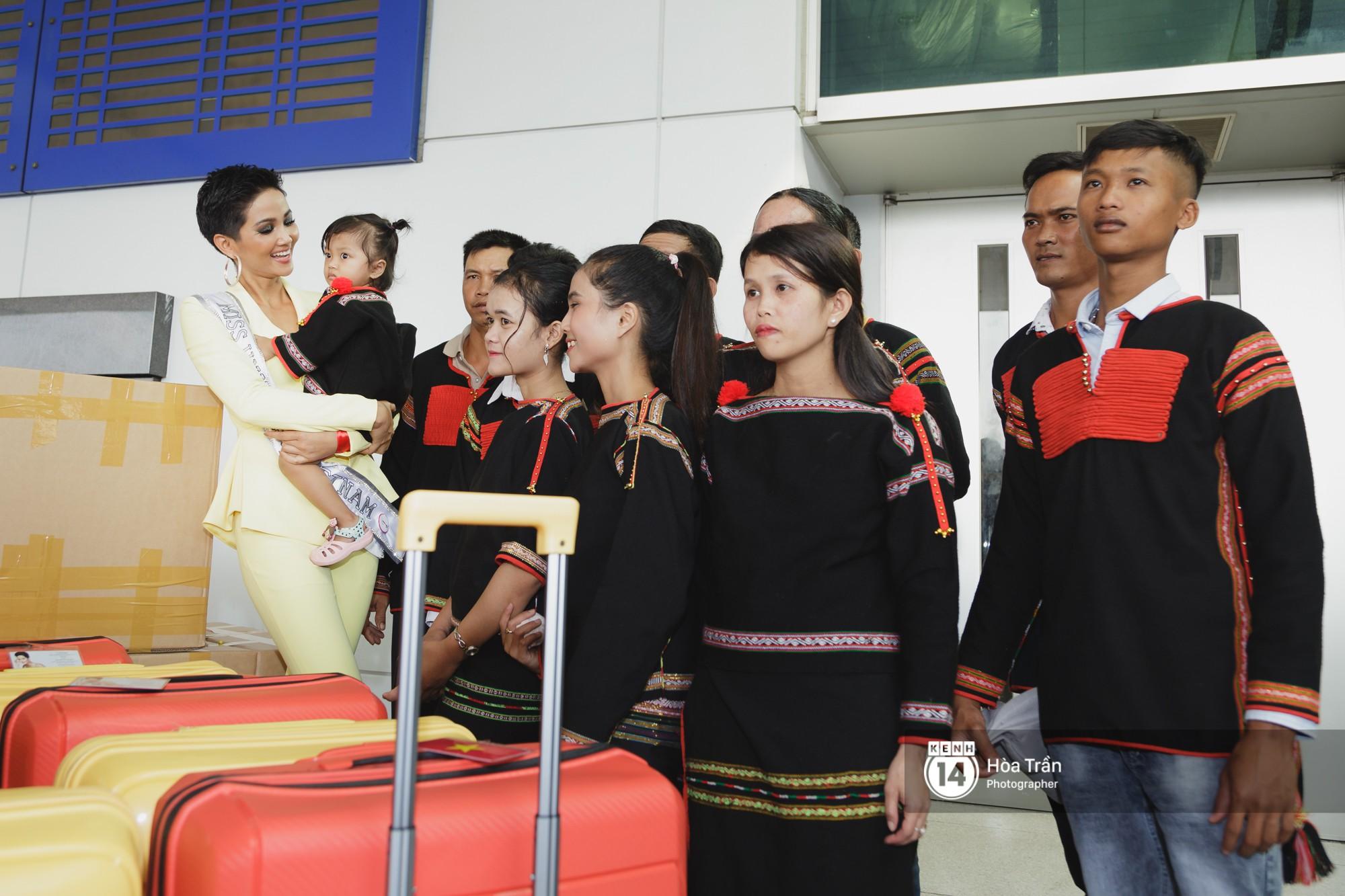 Gia đình HHen Niê diện trang phục người Ê-Đê, tiễn chân con gái bản làng đến Thái tham dự Miss Universe - Ảnh 10.