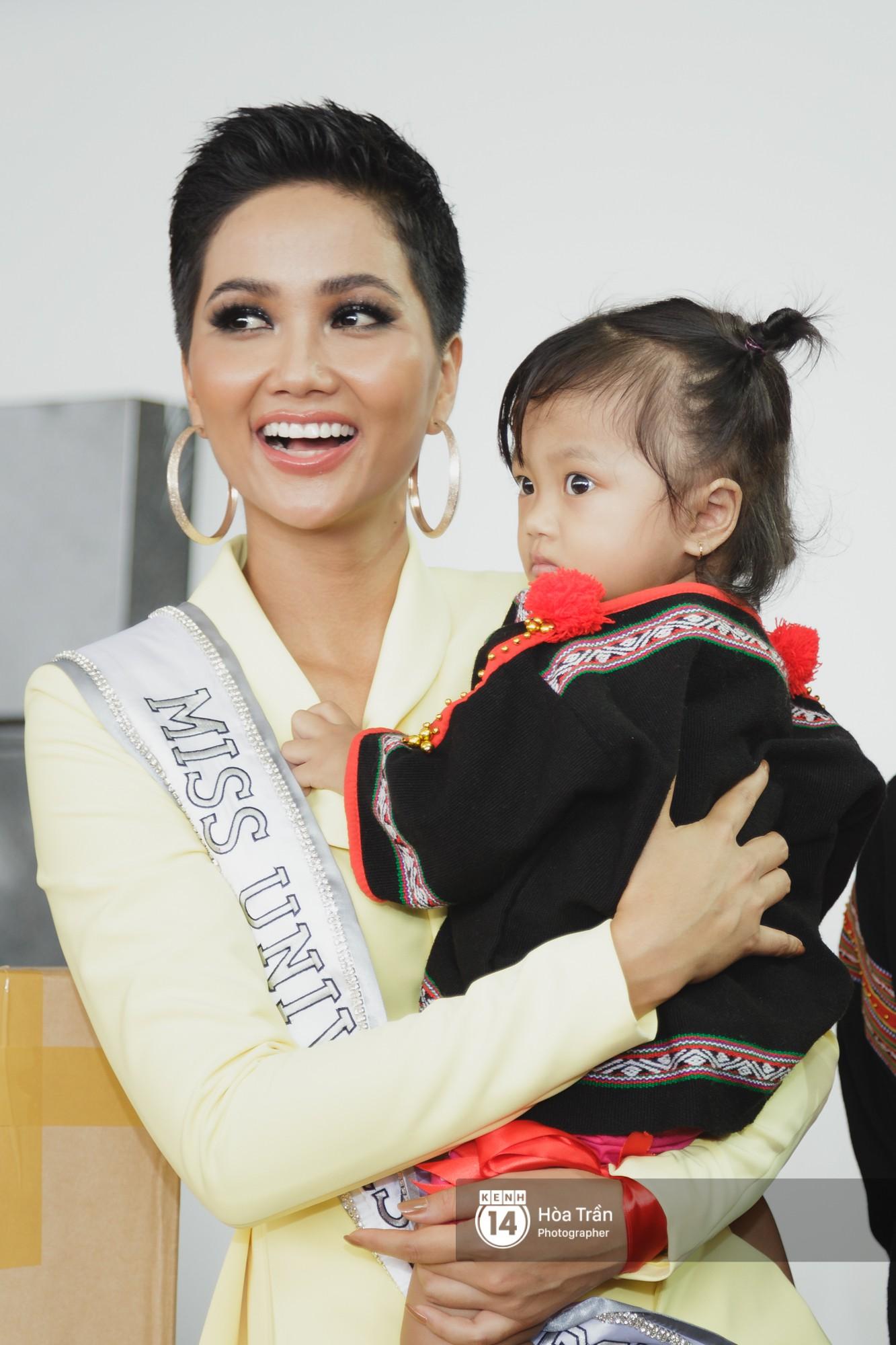 Gia đình HHen Niê diện trang phục người Ê-Đê, tiễn chân con gái bản làng đến Thái tham dự Miss Universe - Ảnh 16.